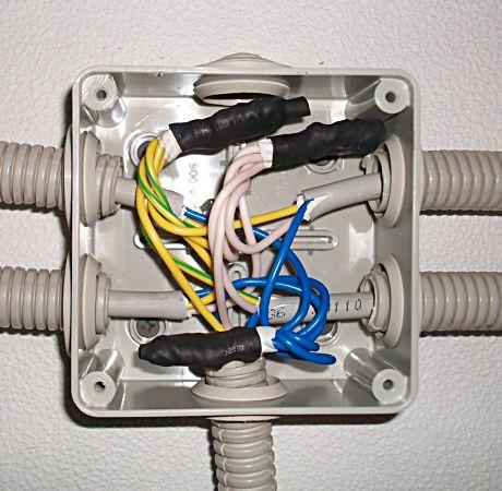 провода в распределительной коробке