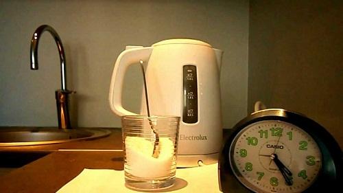 убрать накипь в чайнике